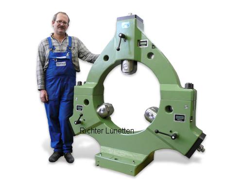 - Lünette mit abnehmbarem Oberteil<br>elektronische Zentrieranzeige, gebaut von H. Richter Vorrichtungsbau GmbH, Deutschland