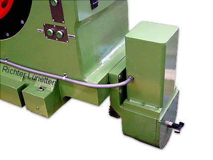 Versetzen der Lünette auf dem Maschinenbett, gebaut von H. Richter Vorrichtungsbau GmbH, Deutschland